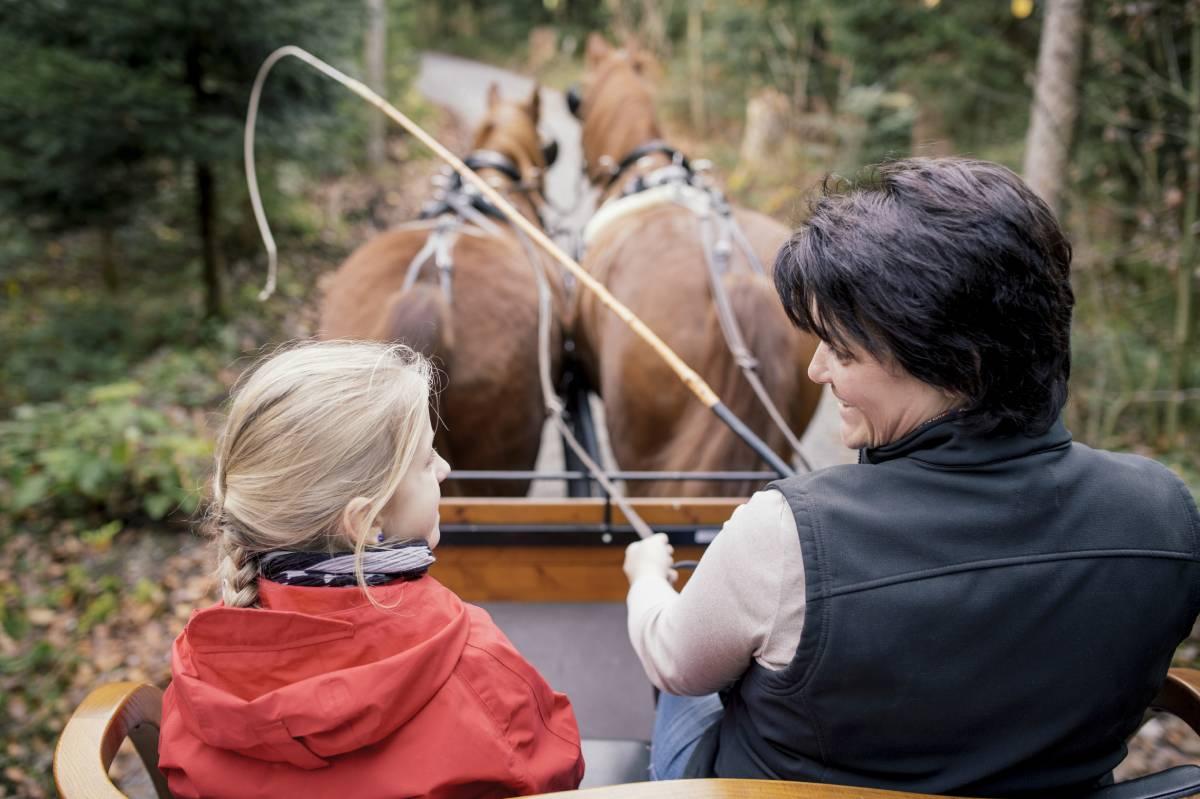 eine Frau und ein Mädchen in einer Kutsche